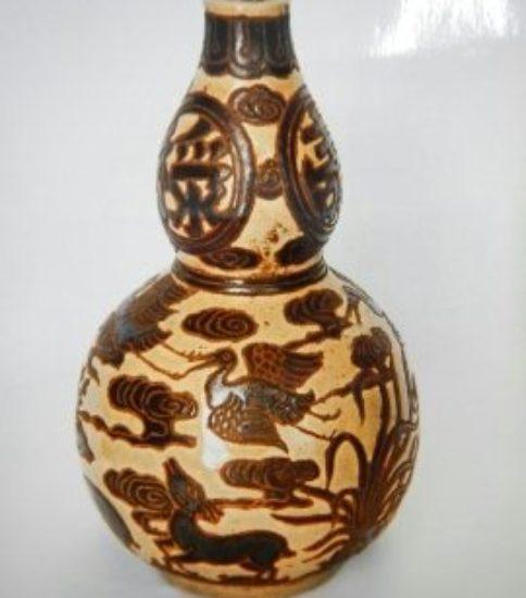磁州窯白地黒掻落し雲鶴、鹿文瓶(12世紀)