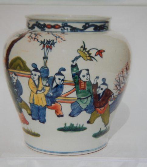 豆彩人物蝙蝠文壺(明)成化年間・15世紀