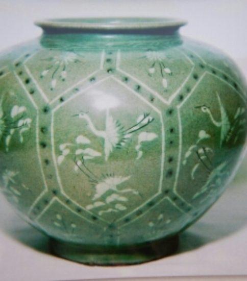 高麗青磁象嵌亀甲雲鶴菊花文壺(12世紀)